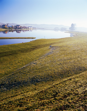 Small Town「Australia, Tasmania, town of Deloraine on lake, morning」:スマホ壁紙(9)