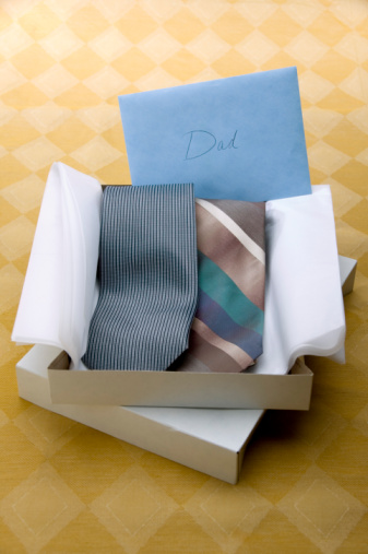 父の日「Open gift box of neckties and card with word Dad」:スマホ壁紙(16)