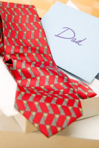 父の日「Open gift box of necktie and card with word Dad」:スマホ壁紙(15)