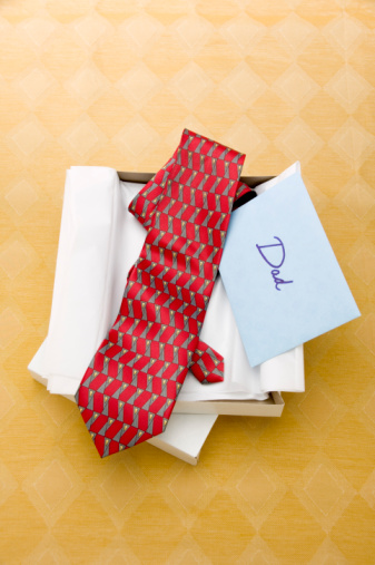 父の日「Open gift box of necktie and card with word Dad」:スマホ壁紙(11)