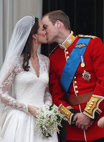 Sarah Burton for Alexander McQueen「Royal Wedding - The Newlyweds Greet Wellwishers From The Buckingham Palace Balcony」:写真・画像(1)[壁紙.com]