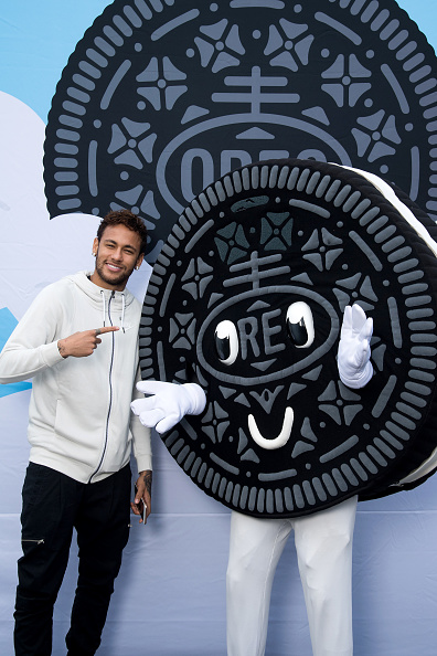 ネイマール「Neymar Shows Off A New Type Of OREO Cookie Dunk For The Winners Of The OREO Dunk Challenge Sweepstakes」:写真・画像(2)[壁紙.com]