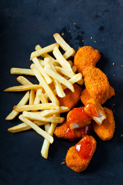 Chicken Nuggets with sweet chili sauce and French Fries on dark ground:スマホ壁紙(壁紙.com)