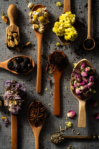 Dried Plant「Spoonful of dried herbs and spices」:スマホ壁紙(10)