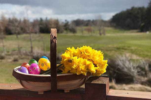 a basket of yellow flowers and plastic easter eggs:スマホ壁紙(壁紙.com)