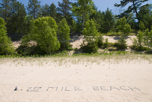 Great Lakes「12 mile beach written with rocks in the sand; michigan united states of america」:スマホ壁紙(10)