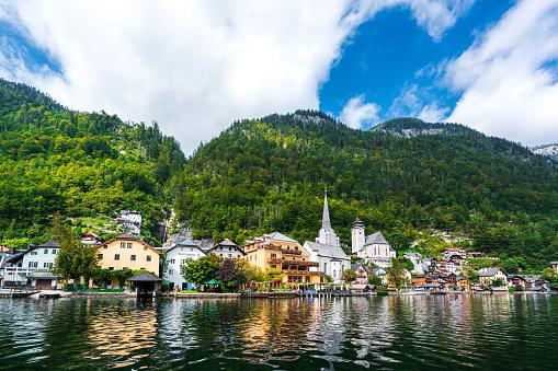 Dachstein Mountains「Hallstatt Village and Hallstatter See lake in Austria」:スマホ壁紙(1)