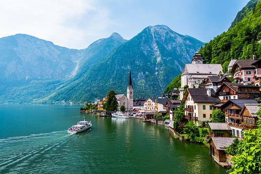 Salzkammergut「Hallstatt Village and Hallstatter See lake in Austria」:スマホ壁紙(6)