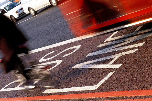 Environmental Conservation「Cyclist and bus using bus lane on red route. London, United Kingdom.」:写真・画像(1)[壁紙.com]