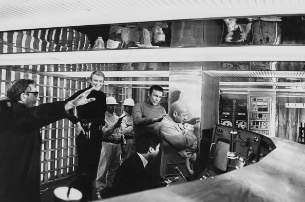 Director「Sean Connery, Lewis Gilbert And Donald Pleasance」:写真・画像(4)[壁紙.com]