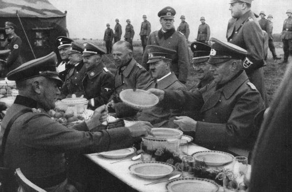 Eating「Hitler Dines Alfresco」:写真・画像(17)[壁紙.com]
