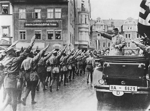 Saluting「Hitler In Weimar」:写真・画像(5)[壁紙.com]