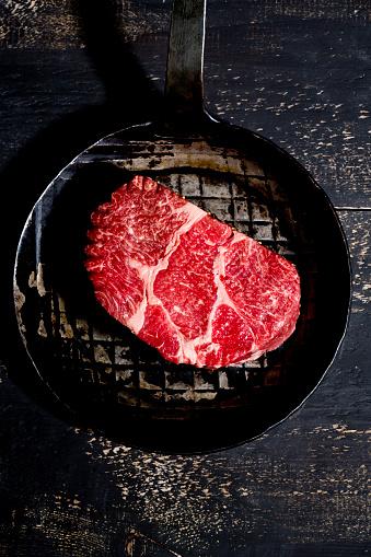 牛「Raw beef in pan」:スマホ壁紙(7)