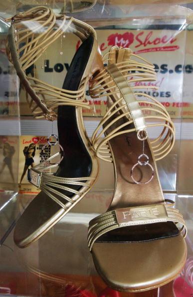 Katy Winn「14K Diamond Shoes To Be Given To Paris Hilton」:写真・画像(2)[壁紙.com]