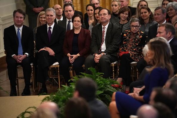 メダル授与式「Trump Bestows Honors To Prominent Americans At Presidential Medal Of Freedom Ceremony」:写真・画像(3)[壁紙.com]
