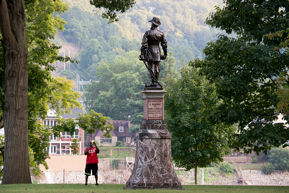 全身「Pleas Grow In West Virginia's Capitol Calling For The Removal Of Stonewall Jackson Monument」:写真・画像(11)[壁紙.com]