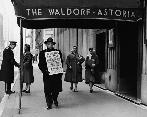 Waldorf Astoria New York「Barber On Strike Outside Waldorf Hotel, NYC」:写真・画像(5)[壁紙.com]