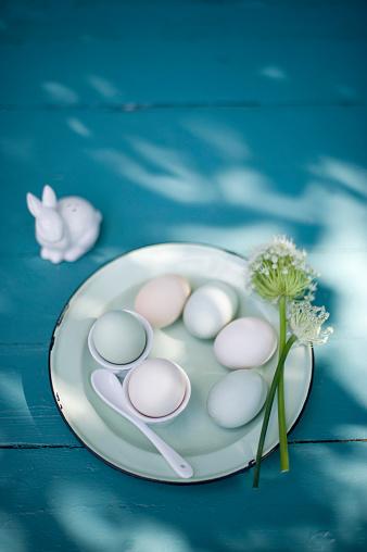 イースター「Easter decoration, Easter eggs on plate, egg cups and blossoms」:スマホ壁紙(15)