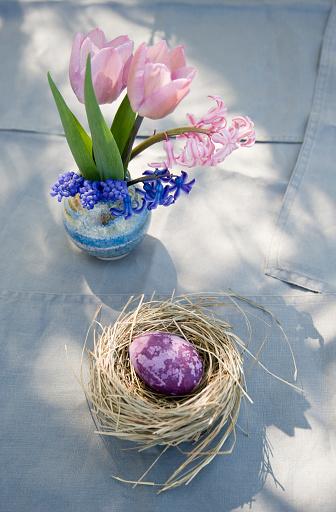 イースター「Easter decoration with nest, egg and spring flowers」:スマホ壁紙(2)