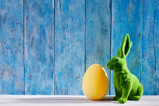 イースター「Easter decoration with green Easter bunny and a yellow Easter egg」:スマホ壁紙(1)