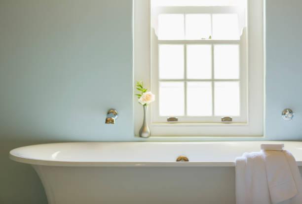Soaking tub below window in luxury bathroom:スマホ壁紙(壁紙.com)