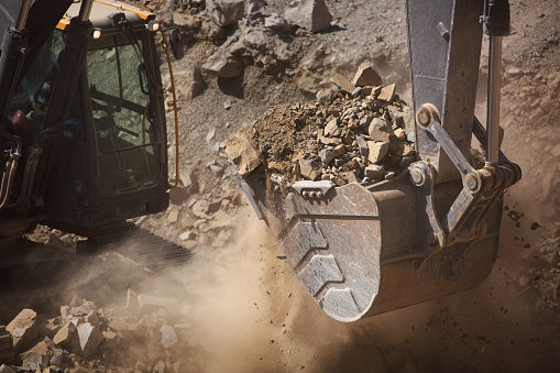 Earth Mover「Digger working in quarry, close up」:スマホ壁紙(12)