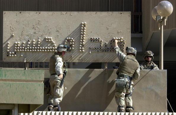 Light Bulb「Marines Remove Hussein's Legacy」:写真・画像(9)[壁紙.com]