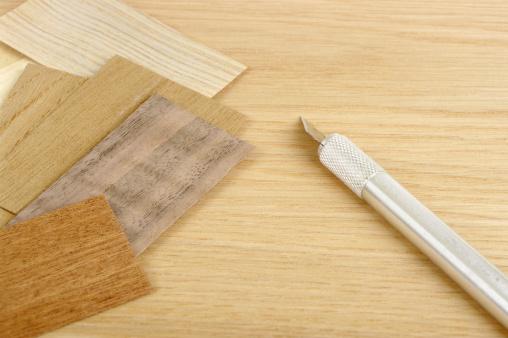 セイヨウカジカエデ「個の木目の化粧張りのオークの背景にナイフ」:スマホ壁紙(13)