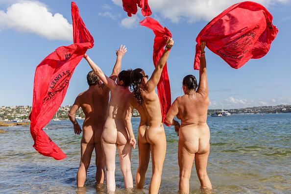 参加者「Hundreds Of Nude Swimmers Take Part In The Sydney Skinny Harbour Swim」:写真・画像(1)[壁紙.com]