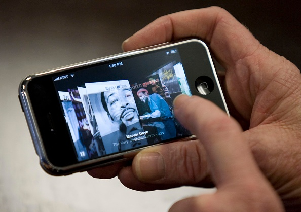 Dave Einsel「Long-Awaited Apple iPhone Goes On Sale Across U.S」:写真・画像(17)[壁紙.com]