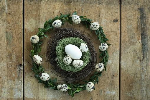 ウズラの卵「Wreath with quail eggs and goose egg and quail egg in an Easter nest」:スマホ壁紙(12)