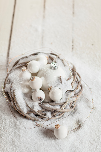 Fake Snow「Wreath with white Christmas baubles, star and artificial snow on wood」:スマホ壁紙(15)