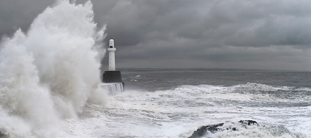 Gale「Stormy Seas and Waves Crashing at Aberdeen Harbour」:スマホ壁紙(19)