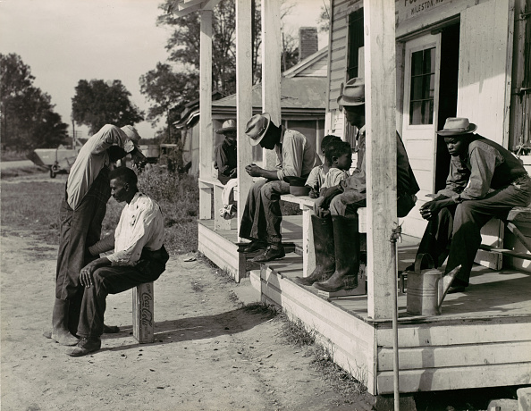 Cutting「Haircutting In Front Of General Store And Post Office On Marcella Plantation」:写真・画像(15)[壁紙.com]