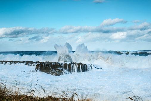 cloud「Huge whitewater waves crashing into rocks at Sharks Cove, north shore of Oahu, Hawaii, USA」:スマホ壁紙(13)