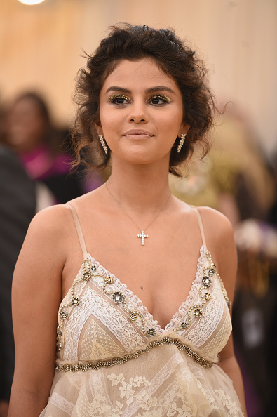 Selena Gomez「Heavenly Bodies: Fashion & The Catholic Imagination Costume Institute Gala - Arrivals」:写真・画像(16)[壁紙.com]