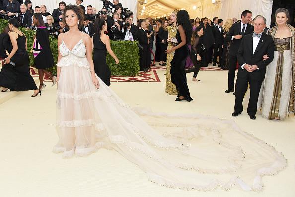 Selena Gomez「Heavenly Bodies: Fashion & The Catholic Imagination Costume Institute Gala - Arrivals」:写真・画像(3)[壁紙.com]