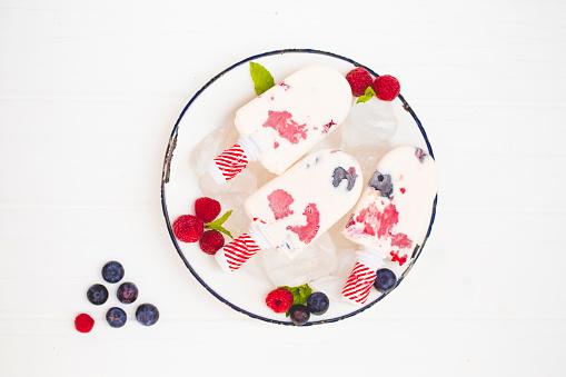 アイスクリーム「Three milk ice creams, with blueberries and raspberries」:スマホ壁紙(13)
