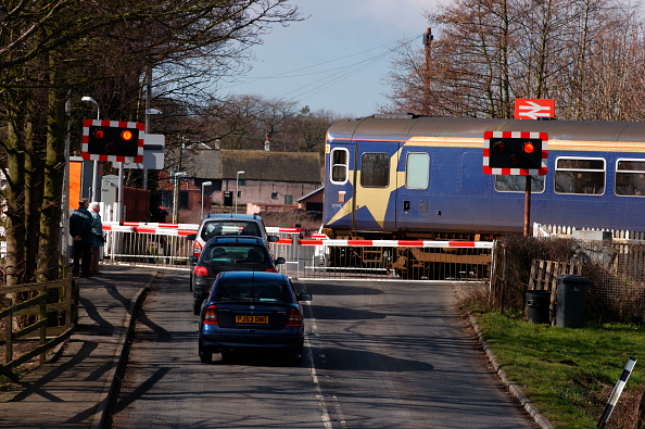 Crossing「A Class 153 Sprinter DMU trainset on approach to Rufford station with a Preston - Ormskirk shuttle service. March 2005.」:写真・画像(2)[壁紙.com]