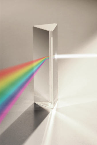 プリズム「Light diffracting through prism into rainbow」:スマホ壁紙(13)