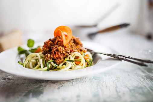 セレクティブフォーカス「Zoodles, Spaghetti made from Zucchini, with bolognese sauce」:スマホ壁紙(11)