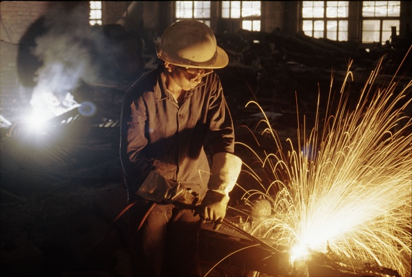 Finance and Economy「Welding detail parts for the building of SY Class 2-8-2s at Tangshan Locomotive Works China.」:写真・画像(2)[壁紙.com]
