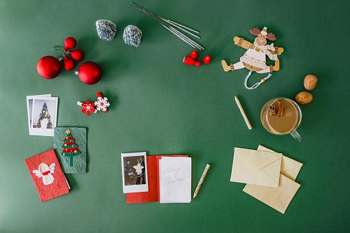 Green Background「Writing Christmas cards」:スマホ壁紙(18)