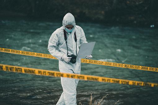 女「Forensic pathologist holding a ca,era looking down searching for evidence」:スマホ壁紙(8)