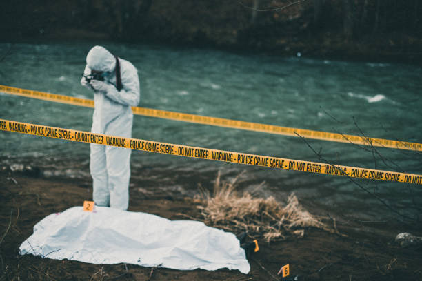 Forensic pathologist taking photos of evidence:スマホ壁紙(壁紙.com)