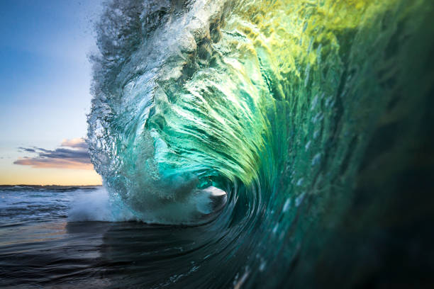 Large colourful wave breaking in ocean over reef and rock:スマホ壁紙(壁紙.com)