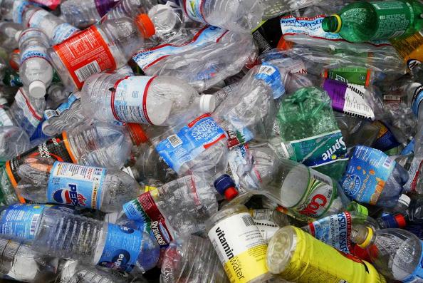 Bottle「Bottled Water Craze Outpaces Recycling Efforts」:写真・画像(0)[壁紙.com]