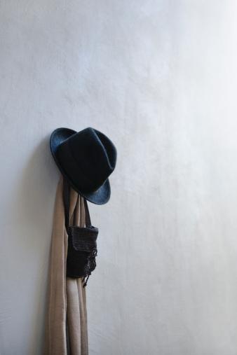 スカーフ「A hat, a scarf and a bag on a hook on a wall.」:スマホ壁紙(12)