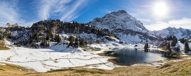 Lechtal Alps「Austria, Arlberg, Korbersee lake with Saloberkopf, Salobersattel and Mohnenfluh mountains」:スマホ壁紙(17)