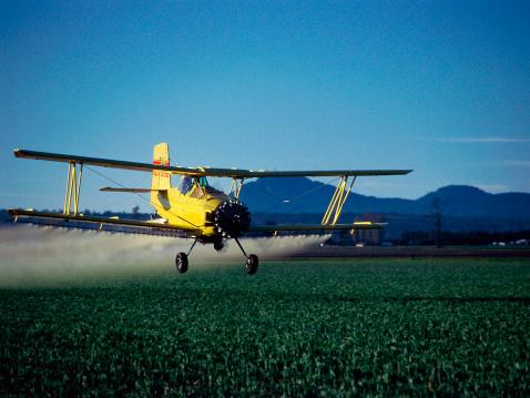 Spraying「A crop duster flying low and spraying tulip fields」:スマホ壁紙(2)